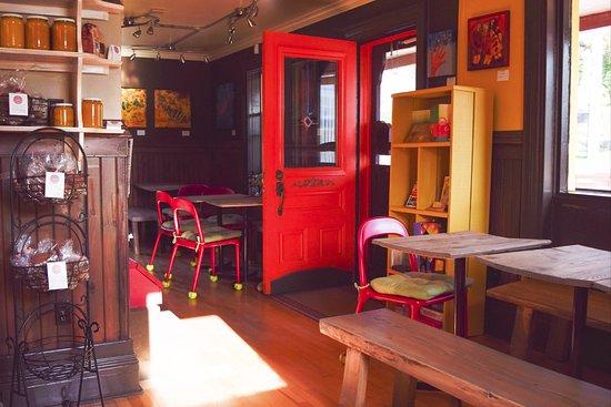 Notre Dame des Bois, Kanada: Vue de l'intérieur du Bistro Éphémère, café de saison à Notre-Dame-des-Bois, Québec