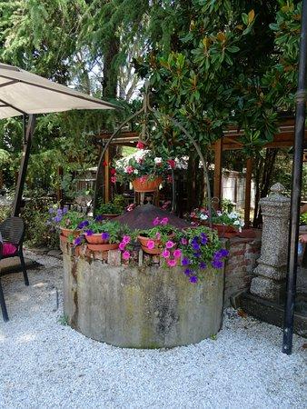 Montecarlo, Italy: Jardines y mesas afuera