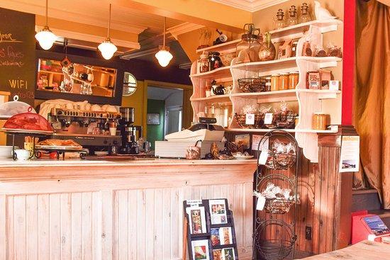 Notre Dame des Bois, Canadá: Vue de l'intérieur du Bistro Éphémère, café de saison à Notre-Dame-des-Bois, Québec