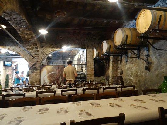 Montecarlo, Italia: Interior comedor y punto de venta