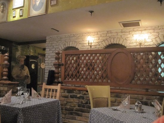 Regi Hid Restaurant: Divider Between Two Dining Areas