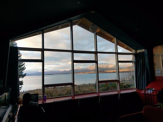 YHA Lake Tekapo: 交誼廳的大窗子, 可以坐在窗前看風景、看書等