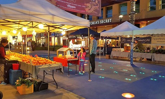 Chino Hills, Kalifornien: Everyone loves the water spouts in the summer and the Farmers Market every Wednesday night.