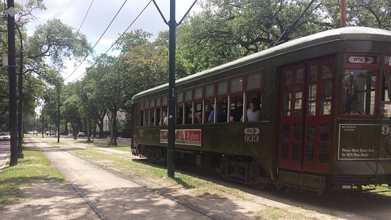 Historic New Orleans Tours: The streetcars in Garden District