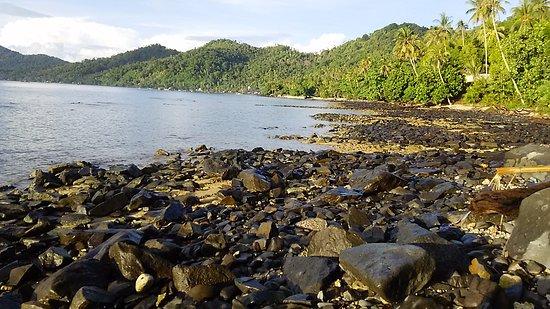 Singkawang, إندونيسيا: pantainya ada yang batu ada yang pasir. sialhkan pilih sendiri mau yg mana.