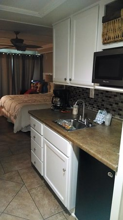 Oceanfront Litchfield Inn: Nice kitchen area.