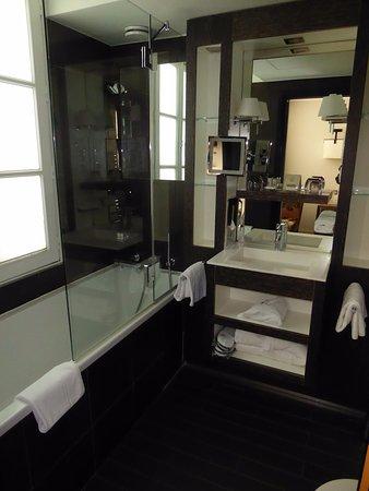 โฮเต็ล เลส จาร์ดินส์ เดอ ลา วิลล่า: Well laid out bathroom with excellent water pressure