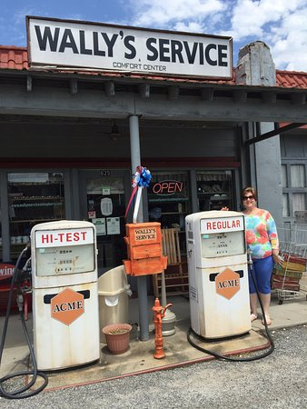 Mount Airy, NC: Wally's Service Station