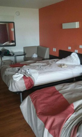 Motel 6 Kansas City: Room not clean