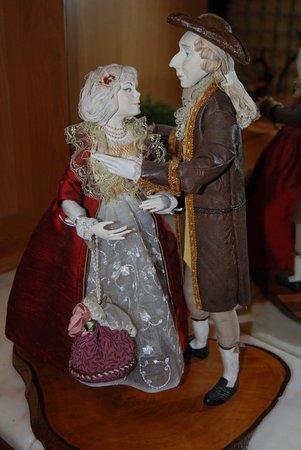 Silea, Italien: Вот такая романтичная пара кукол встречает гостей отеля. Это ручная работа, их сделала дочь хозя