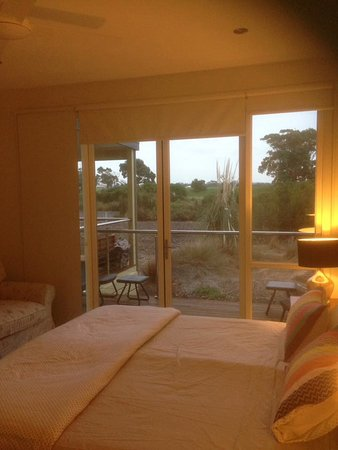 Inverloch, Australia: Master bedroom and view out over deck
