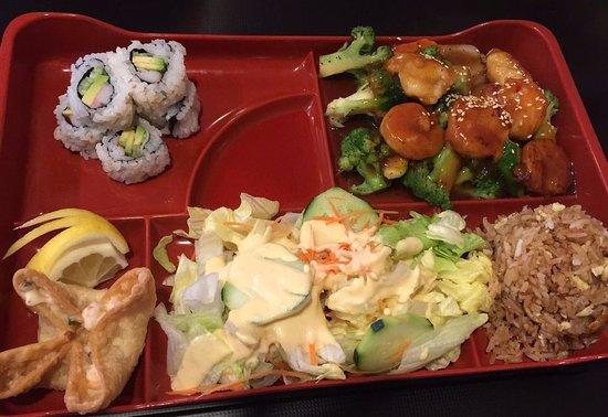 Lake Jackson, Teksas: Bento Lunch (Shrimp w mixed veg, Fried rice, salad, California rolls)