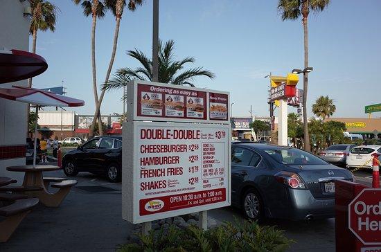 In-N-Out Burger : ドラーブスルーは何時までも列をなす。景色はいかにも西海岸!
