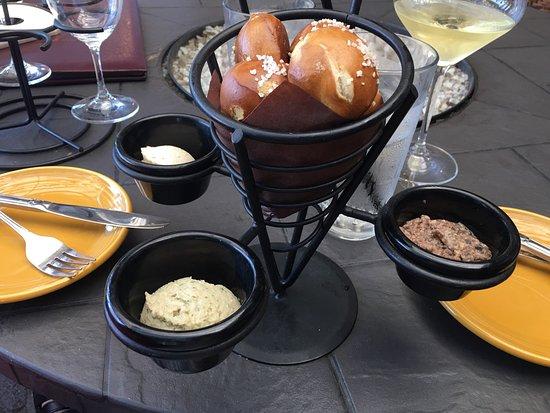 Yorba Linda, Kaliforniya: Appetizers-large cheese plate, gorganozola fig flatbread, pretzel bites