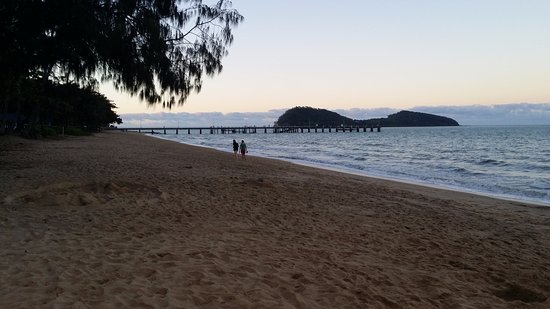 Palm Cove, Australia: Looking from the beach out to Double Island