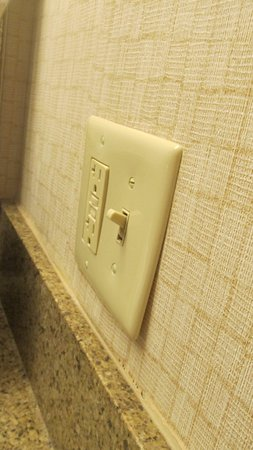 Breinigsville, Πενσυλβάνια: electric outlet that wouldn't stay on. Had to reset each time you wanted to use it