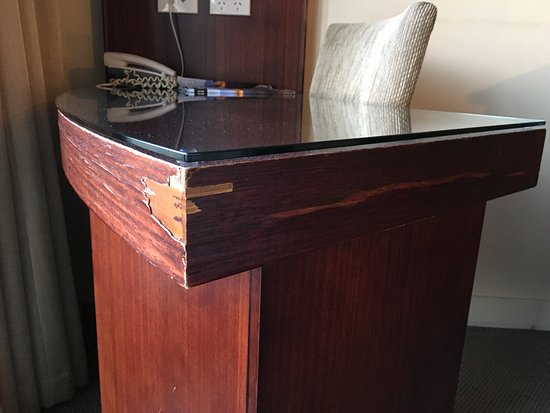 Copthorne Hotel Auckland City: Damage to desk Could be easily fixed