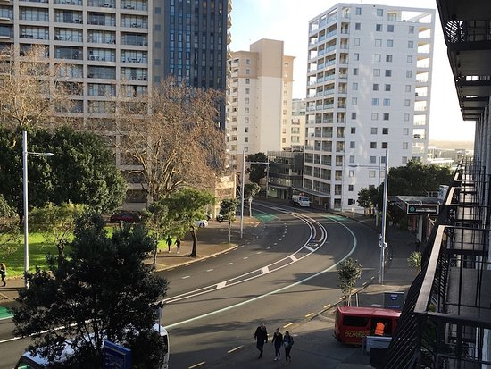 Copthorne Hotel Auckland City: View down Anzac Ave from Room 415