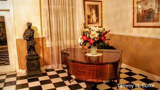 MacArthur Inn: Main entrance lobby complete with piano!