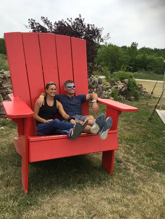 "Grey County, Canadá: Great Photo opportunity with the Red Chair "" HONEY I SHRUNK THE KIDS"""
