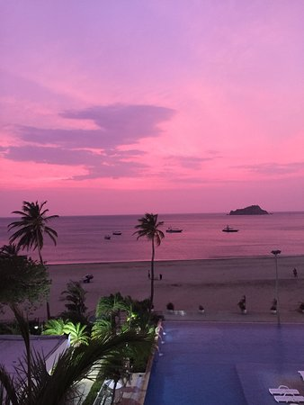 Hotel Tamaca Beach Resort: Amazing sunsets!