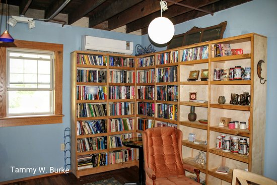 Narrows, Wirginia: Book area for reading! Books available for purchase