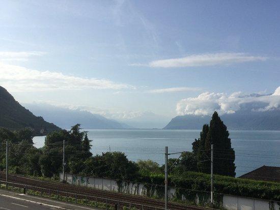 Cully, สวิตเซอร์แลนด์: 2nd floor balcony looking east