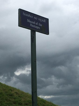 Hrabstwo Meath, Irlandia: Mound of the Hostages sign