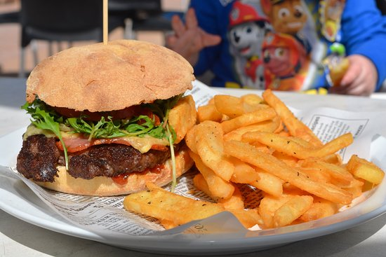 Coral Bay, Australia: Beef burger and chips