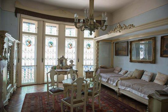 Darvas- La Roche House