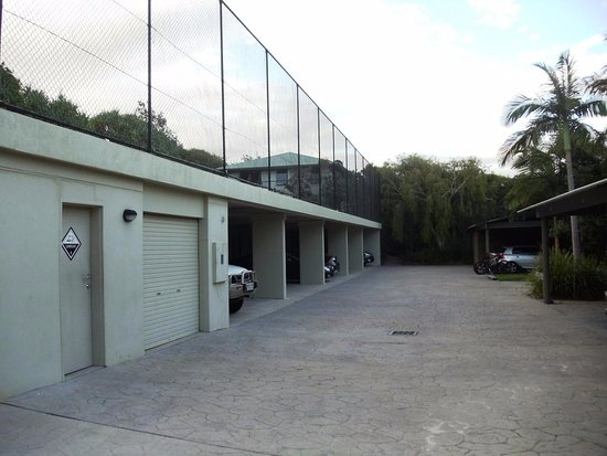 Peregian Beach, Austrália: tennis court above some carparking