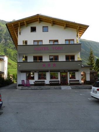 Hotel Toni: Das Hotel in idyllischer Landschaft