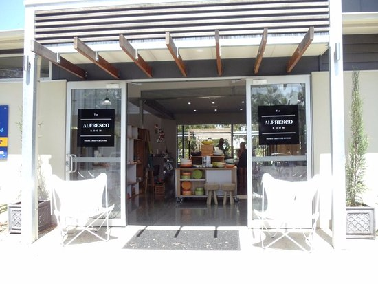 Noosaville, Avustralya: shops next door