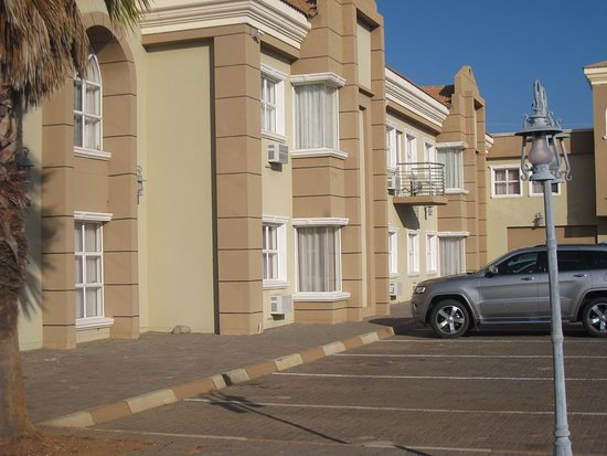 Palapye, Botsuana: Wagen staat hier voor onze kamer