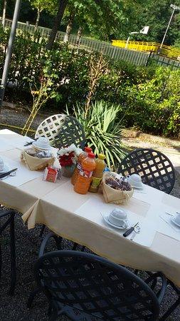Ostello la Cocciara: In estate la prima colazione è servita in giardino.