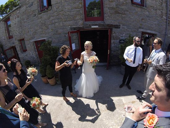 Trethurgy, UK: Bride gets more fizz!
