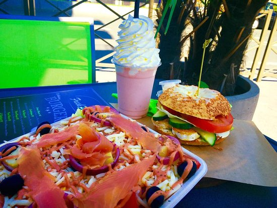 Rosny-sous-Bois, France : SALADE FRESH AND POP , BAGEL CHEVRE & Smoothie CALIFORNIA