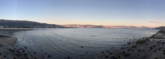 Moana, Spanien: Anochecer en Moaña con Vigo al fondo y marea baja en la ria