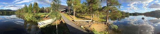 Kvikkjokk, Sverige: Panoramaaufnahme mit Blick vom Steg auf das zentrale Gebäude mit dem Restaurant