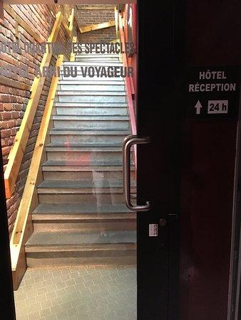 Hotel l'Abri du Voyageur: escalier pour accéder à la réception