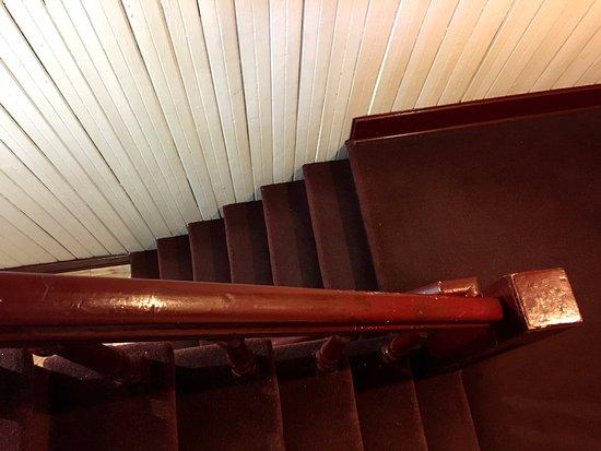 Hotel l'Abri du Voyageur: Escalier vers le 2e étage