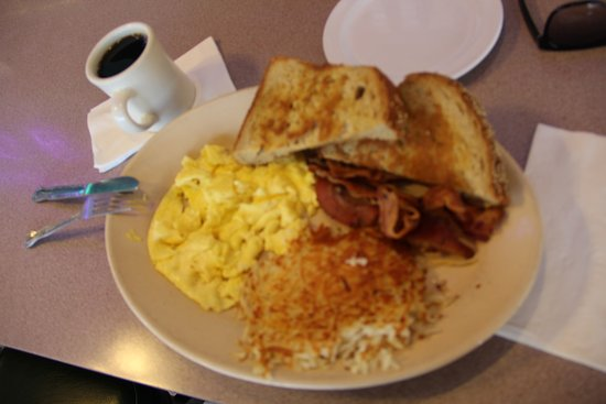 Lakewood, Kalifornien: eggs and bacon with wheat bread