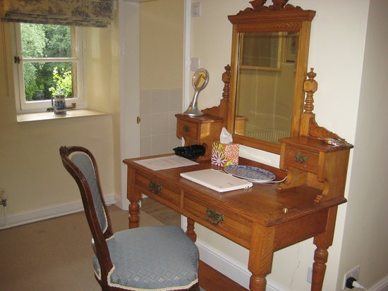 Heathy Lea Bed and Breakfast: Desk in room