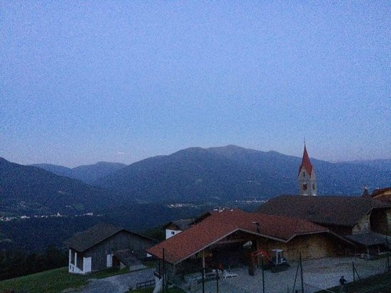 Spinga, Italia: The view over the mountains and hotel at sunset