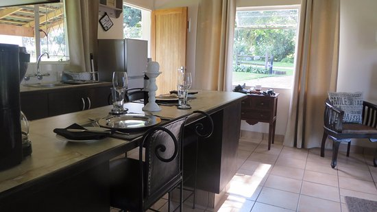 Dusk to Dawn B&B: The well fitted kitchenette