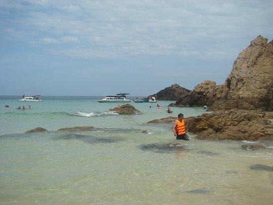 Quy Nhon, فيتنام: Nước trong veo ngồi trên thuyền có thể nhìn thấy tận đáy bển