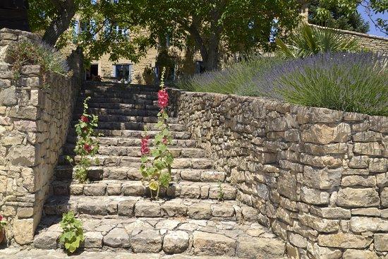 Antugnac, Frankrike: Escalier menant de la piscine aux chambres d'hôte