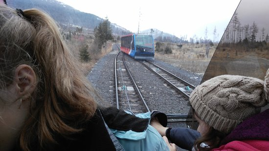 Stary Smokovec, Eslovaquia: Cable car passing by in the middle of the route where rails split