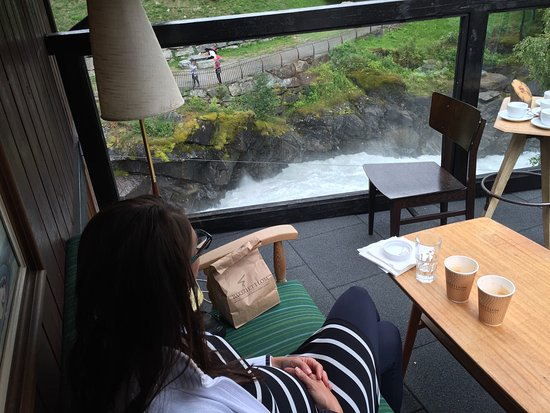 Lom, Norvège : Having a coffee at the balcony overlooking the rapids