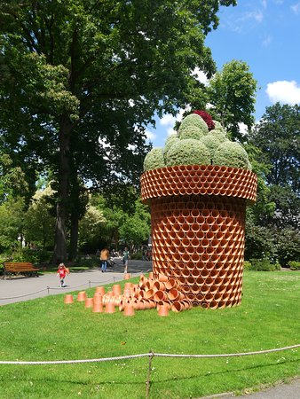 Installation à l\'entrée du jardin des Plantes de Nantes : \